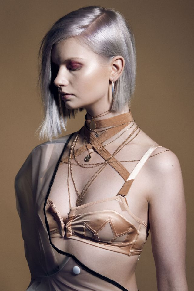 Meaning Haar: Hans Beers (cut) & Javier Ansotegui (color) Endorsed by Wella Professionals: Coty, Rotterdam Ass.: Julienne Zwering Make-up: Juliette den Ouden Styling: Stefhanie Blokland Fotos: Richard Monsieurs PR: The Image Factory, Barbera Groenewegen